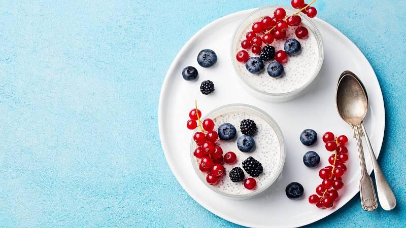 Připravte si jako zdravou snídani pudink s chia semínky a lesním ovocem.