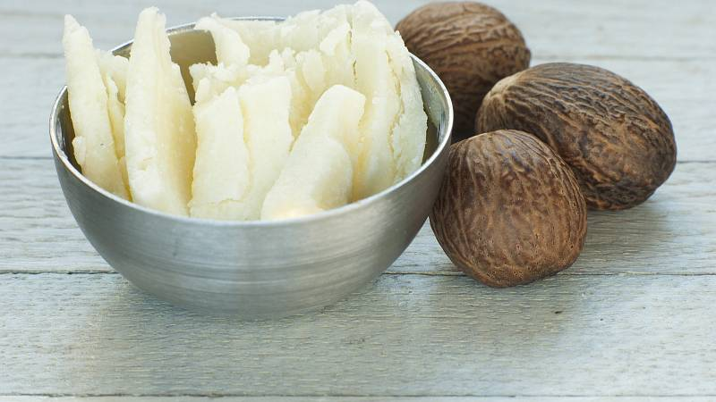 Bambucké máslo má schopnost hloubkově hydratovat, chránit, zjemnit a vyživit suchou pokožku. Obsahuje totiž nenasycené mastné kyseliny a vitamíny A, E a F.