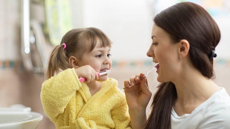 Pokud mají rodiče hodně kazů, je vhodné dítěti podávat fluoridové tablety.
