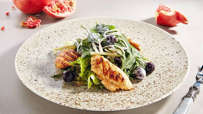 Z křehkých krůtích prsou v kombinaci s rukolou a hlávkovým nebo jiným listovým zeleným salátem připravíte příjemný lehký letní oběd nebo večeři.