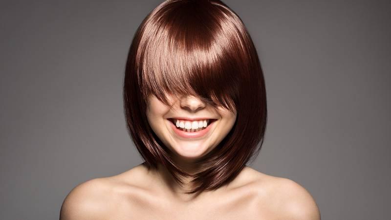Při tvarování účesu používejte ochranné termoaktivní spreje, které zabrání poškození vlasů. Kartáče s přírodními štětinami vlasy uhladí.