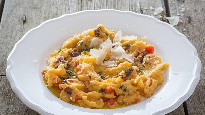 Připravte si polentovou kaši s rajčaty, paprikami a tymiánem. Podávejte s listovým salátem.