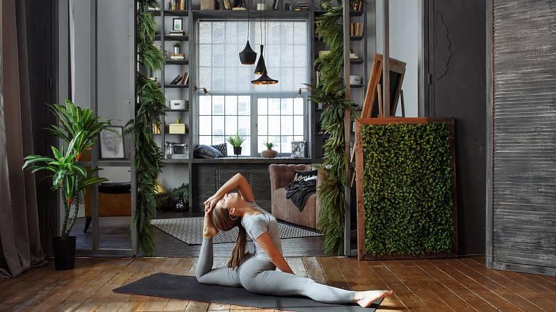 Při cvičení jógy doma dbejte na několik pravidel, abyste si neublížili.
