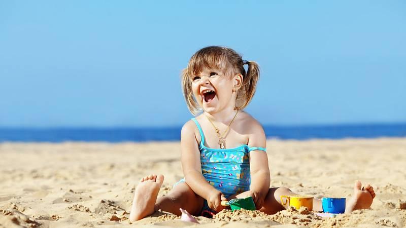 Dermatologové dětem doporučují speciální plážové oblečení, které dětskou kůži chrání proti škodlivým paprskům.