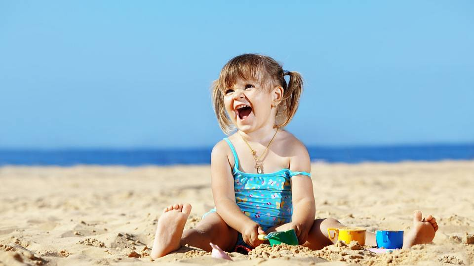 Na pláž dítěti pořiďte obleček, který nepropustí slunce