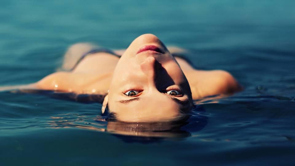 Plavání prospěje každému. Můžete ho zkusit i venku