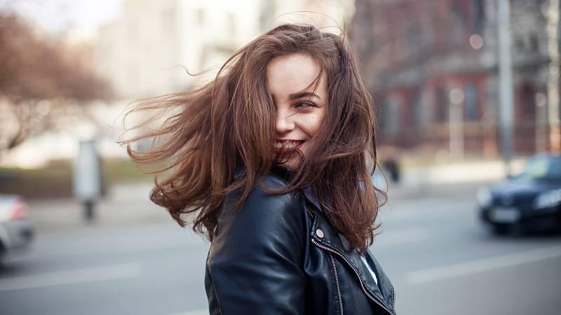 Když vlasy začnou padat, je to jasný signál, že je něco špatně.