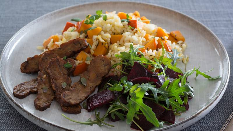 Překvapte své hosty dýňovým rizotem s tymiánem a smaženým tempehem.