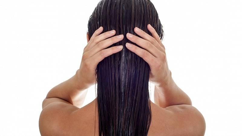 Nenechte své vlasy v létě trpět. Připravte jim bylinnou vodu na míru