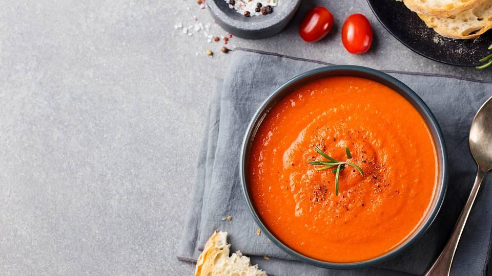 Lehce pikantní rajčatová polévka s červenou čočkou