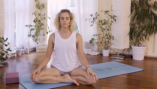 Zuzka Klingrová představuje základy meditace.