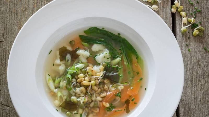 Miso polévka s řasou wakame a klíčky mungo vhodným receptem pro snížení cholesterolu a úpravě krevního tlaku.
