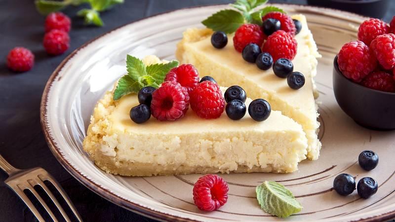 Hledáte lehký letní zdravý dezert? Upečte si tvarohový koláč s ovocem