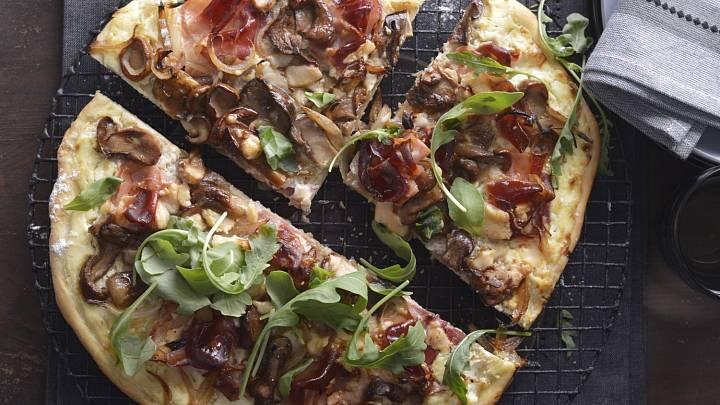 Alpská pizza s houbami a sušenou šunkou