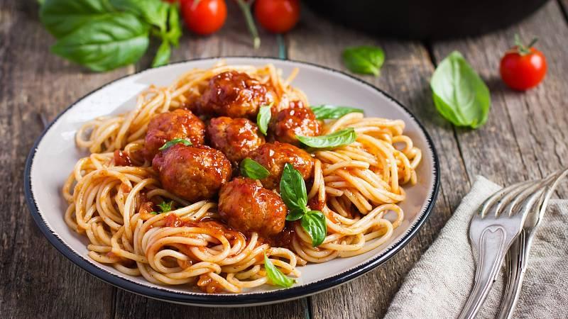 Jako zdravá večeře se skvěle budou hodit bezlepkové špagety s masovými koulemi.
