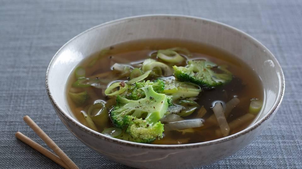 Miso polévka s daikonem, brokolicí a zázvorem