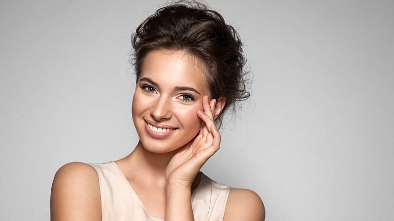 K rozjasněné pleti vám pomůže správná péče. Používejte peeling, správný krém, bázi pod make-up a správný make-up.