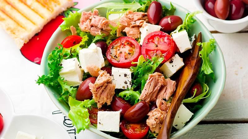 Tuňákový salát s vejci a rajčaty poslouží jako příloha k masu nebo samostatně jako lehká večeře. Navíc se vněm skrývá spousta vitaminů, prospěšných mastných kyselin abílkovin.