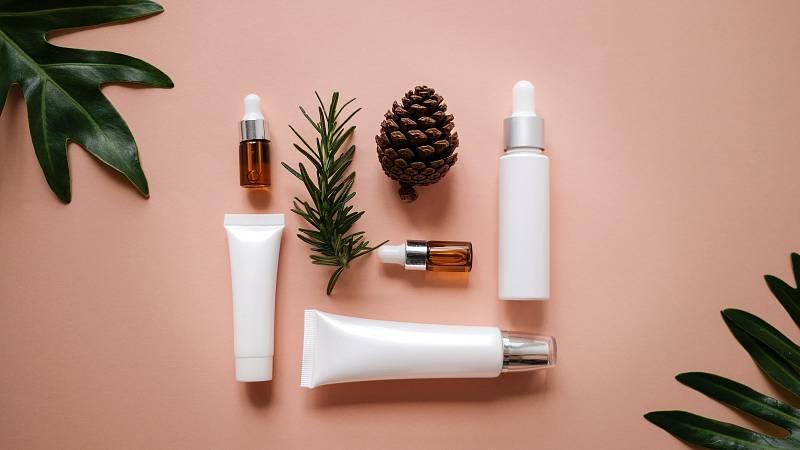 Z konvenční kosmetiky tak mizí (minimálně ta nejproblematičtější) chemie, vyzdvihuje se férové jednání s pěstiteli surovin, podíl přírodních složek v produktech i recyklovatelnost obalů.