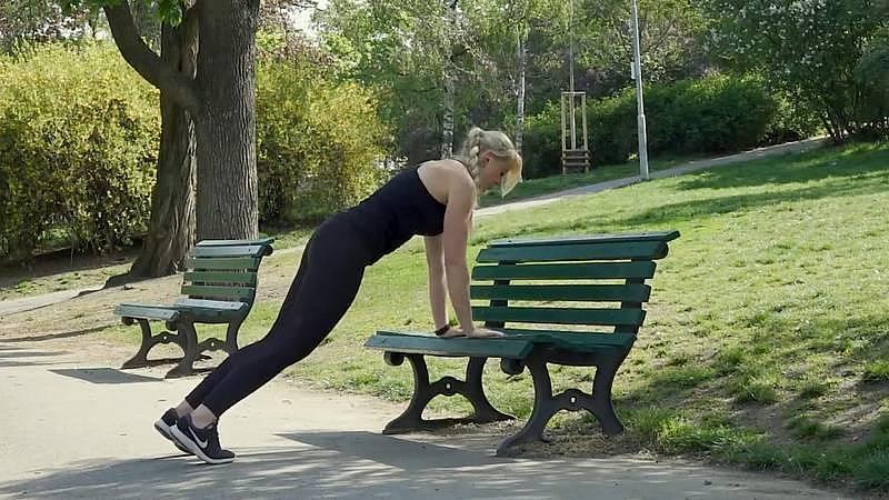 Alena Vídeňská: Cvičení na lavičce
