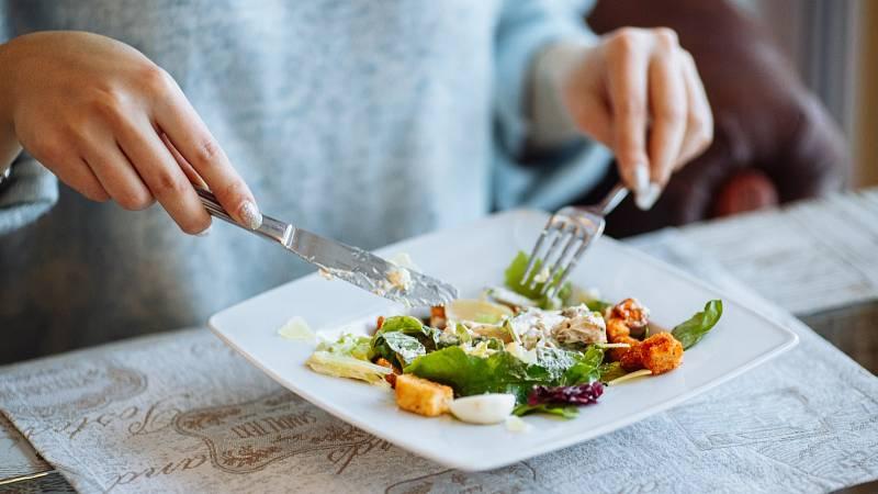 Zpomalte u jídla, zrychlíte svůj metabolismus