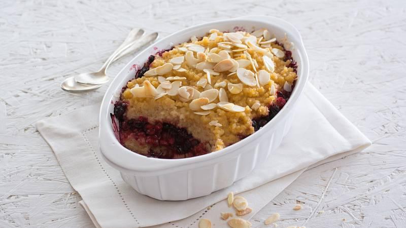 Připravte si jako zdravý dezert jáhelník s mandlemi a ovocem.
