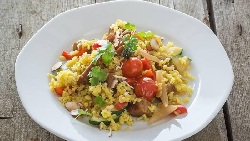 Bulgur se zeleninou a tempehem je skvělou volbou pro zdravou večeři.