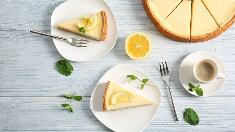V létě si upečte lehký citronový koláč. Kombinace šťavnatých citronů a smetany příjemně osvěží.