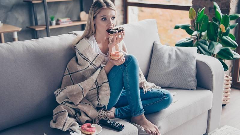 Stres u mnoha lidí spouští špatné stravování a následné tloustnutí.