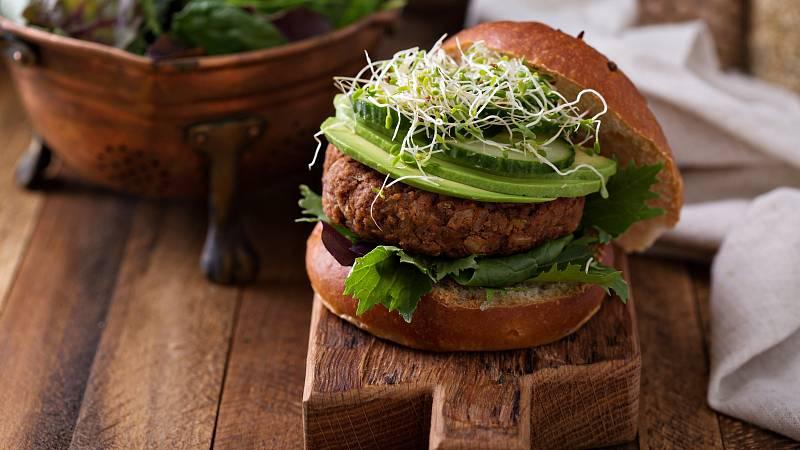 Překvapte vaše hosty vegetariánským receptem. Fazolové burgery budou nakonec chutnat i masožravcům.