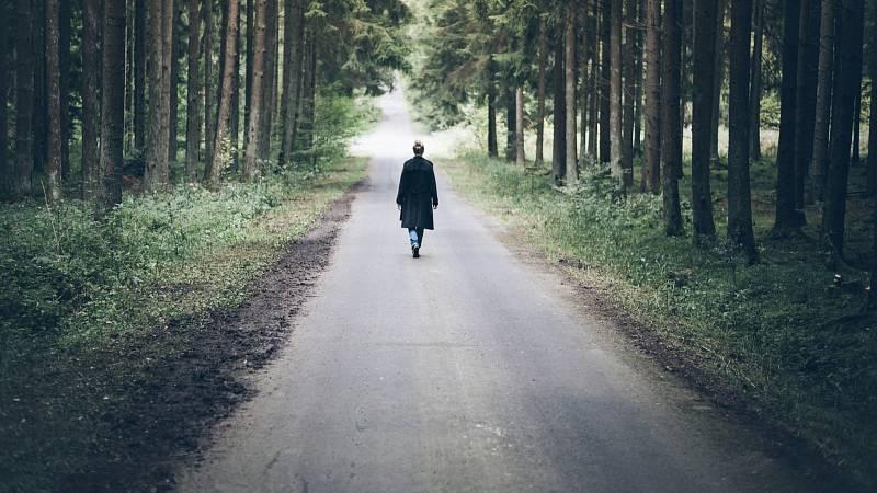 Využijte procházku k meditaci.