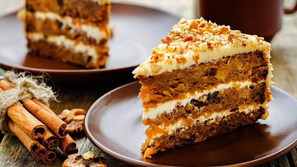 Mrkvový dort s čerstvým sýrem a ořechy
