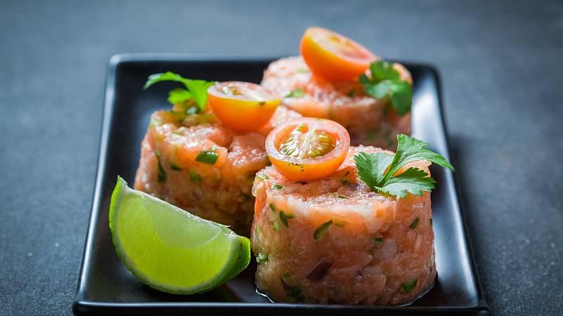 Zdravější verzí klasického tataráku je tatarák z lososa. Vyzkoušejte recept podle Hanky Michopulu, který je navíc ozvláštněn okurkou a jogurtem.