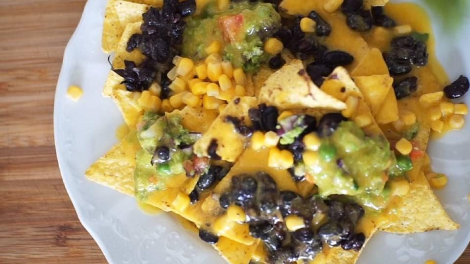 Videorecept: Nachos s hráškovým guacamole, fazolemi a nacho dipem
