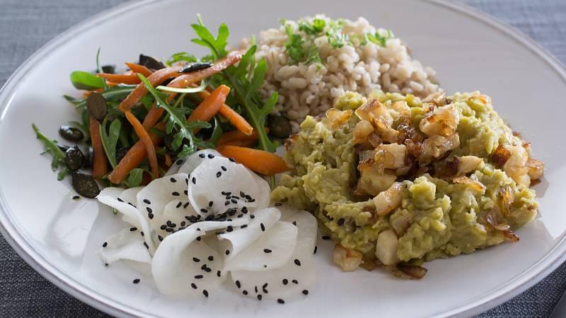 Perfektní volbou pro zdravou večeři je hrachová kaše s celerovou slaninou a rýží.