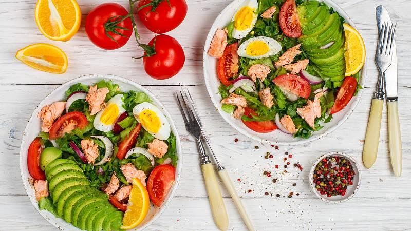 Lahodný zeleninový salát, jež můžete obměňovat podle obsahu své lednice, doplňuje dokřupava připravený losos a  dresink z avokáda.