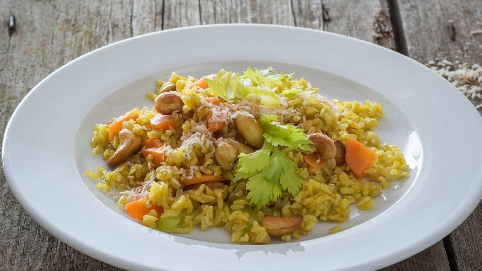 Smažená rýže s kešu, mrkví a řapíkatým celerem