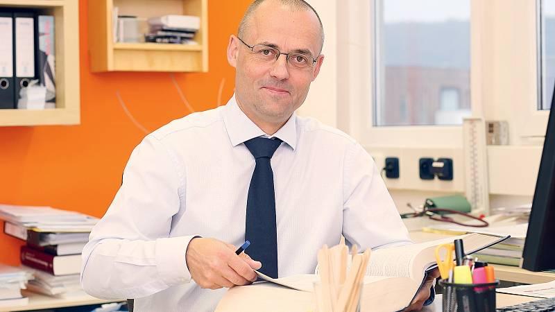 Radek Kubal se specializuje na dermatovenerologii, dětskou dermatologii, alergologii, imunologii, infekční lékařství a preventivní medicínu.