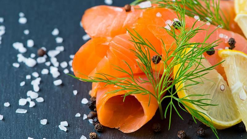 Uzeného lososa si dopřejte maximálně jednou měsíčně a doplňte jej velkou porcí zeleniny. V porovnání s čerstvými rybami obsahuje vysoké množství soli a navíc se v něm můžou rozmnožit bakterie listerie.