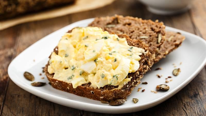 Připravte si na Velikonoce skvělou zdravou vajíčkovou pomazánku.