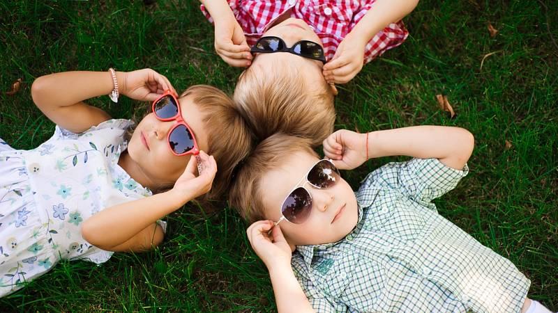 Pokud vaše malé dítě odmítá sluneční brýle, pořiďte mu obrovskou bílou kšiltovku.