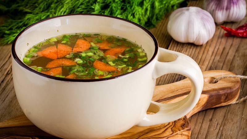Kupovaný bujón může nahradit ten domácí. Jen si ohlídejte, aby obsahoval menší množství soli, ale více zeleniny.