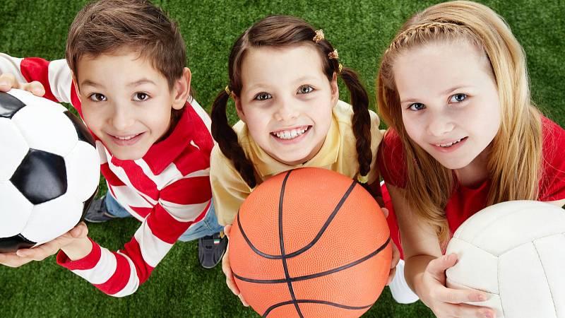 Lékaři doporučují neomlouvat děti z hodit tělocviku. Už tak mají málo pohybu, tloustnou a jsou křehčí.