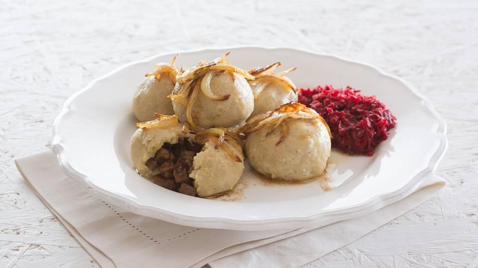 Jahelné knedlíky plněné tofu a salát z červené řepy a křenu