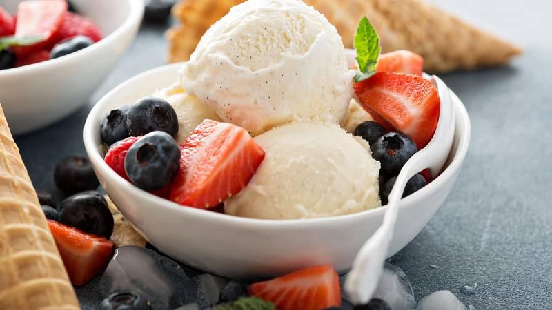 Pravá domácí vanilková zmrzlina má nenápadnou barvu slonové kosti a je plná vanilkových zrníček.