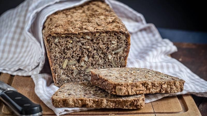 Upečte si skvělý domácí chléb, který obsahuje vlákninou nabitá lněná a dýňová semínka.