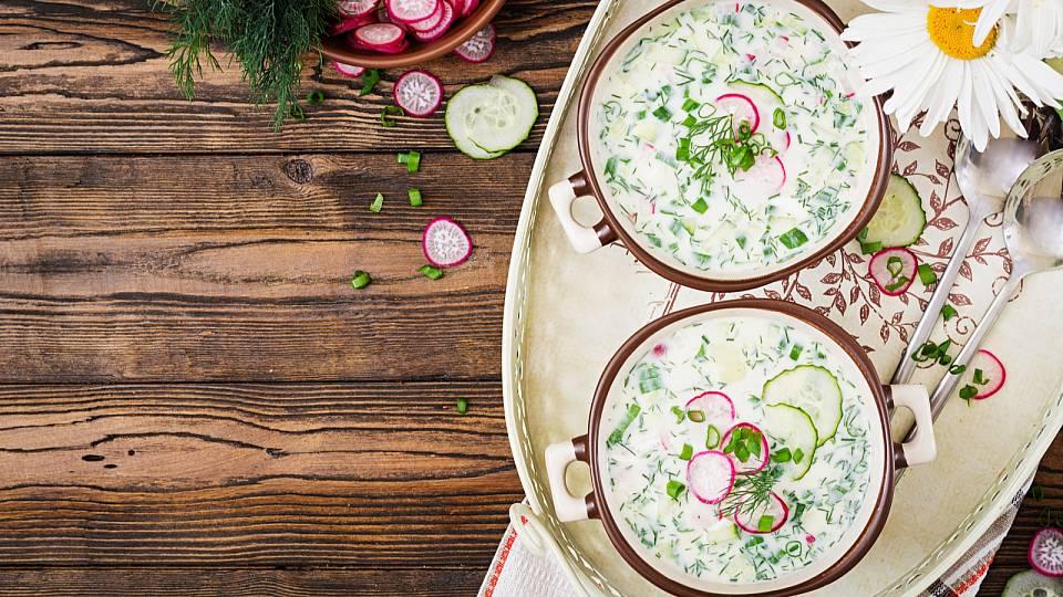 Okurková polévka s ředkvičkami a koprem