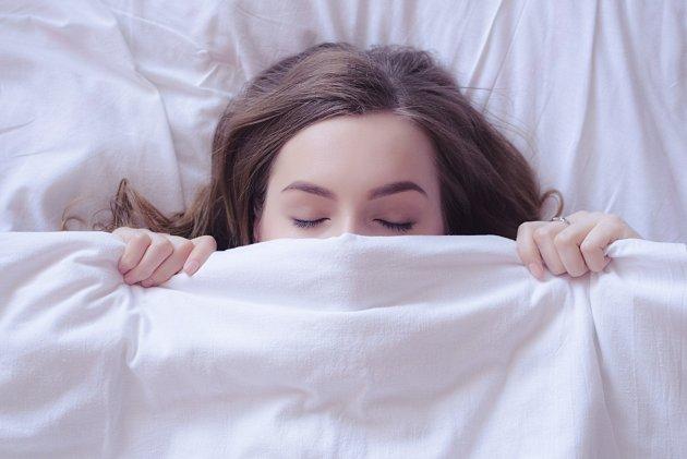 Ke zdravému spánku pomůže zbavit se stresu, pití bylinných nápojů či autohypnóza.