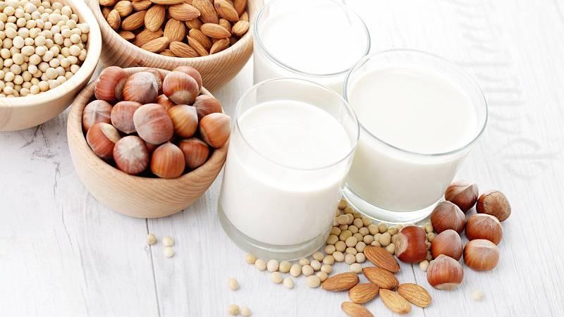 Rostlinné mléko je stravitelnější, než živočišné mléko. Obsahuje ale méně vápníku, bílkovin a může vyvolat i alergie.