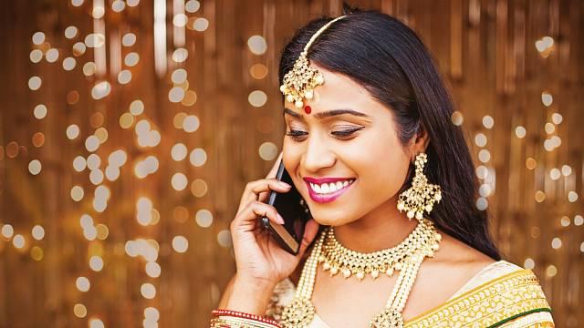 Indické ženy se chlubí nádhernými vlasy a barevností jejich doplňků